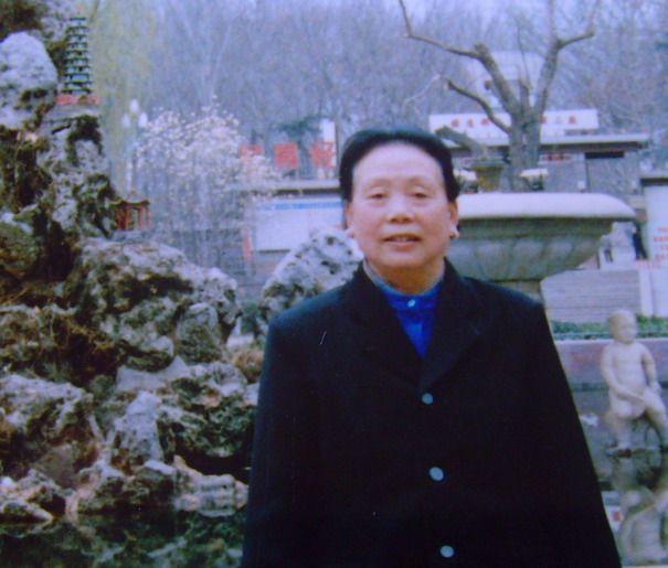 1996年工厂大门口留影  -龙家强网上纪念馆 爸爸妈妈 网墓网 生命因我